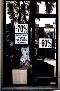 sconti in vetrina negozio abbigliamento